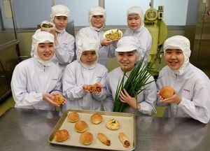 農家が出荷できない小ネギを使い、パンやチヂミなどを試作した唐津南高生=唐津市の同校