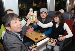 「佐賀づくり」で乾杯する参加者=JR長崎線肥前山口駅