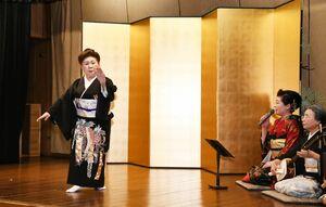 民謡「梅ぼし」が披露された昨年の「梅ぼしまつり」=佐賀市の楊柳亭