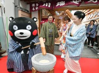 くまモンと石川さゆりさん餅つき