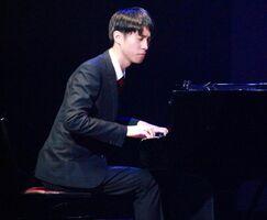昨年12月、佐賀県立美術館ホールで開かれた佐賀大学ジャズ研究会の演奏会で演奏する宮木賢人さん(提供写真)
