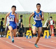 男子3年100メートル決勝 11秒14で制した諸富の松本悠斗(右)=鹿島市陸上競技場