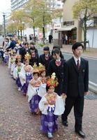 ブラスバンドを先頭に、龍谷高校の生徒たちに手を引かれ、中心市街地を練り歩いた稚児行列