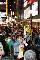 「東京アラート」の発令期間中に、新宿・歌舞伎町で注意喚起する東京都の職員ら=5日夜