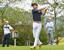 8月の決勝大会を目指してラウンドする選手たち=多久市の佐賀クラシックゴルフ倶楽部