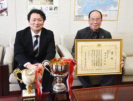 農林水産大臣賞を受賞した田中さん(右)と山田町長=江北町役場