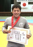 男子個人74キロ級で優勝した鳥栖工の諏訪間新之亮=新潟市体育館