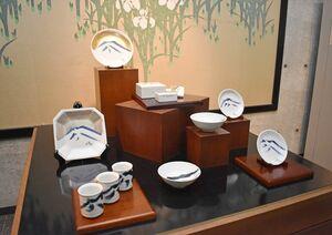 ギャラリーに展示している千住博さんの陶芸作品=伊万里市大川内町の伊万里陶苑