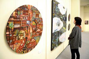 絵本の挿絵のような平野さんの日本画。会場には油絵や版画も並ぶ=唐津市の近代図書館美術ホール