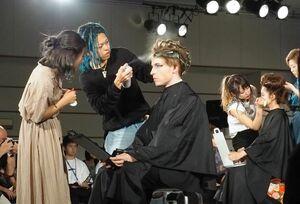 オリジナルヘア&メーク競技に挑戦する学生たち=佐賀市文化会館