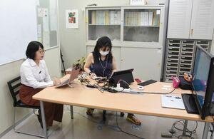 テレワークの始め方などについてオンラインセミナーを開いたジェントルワークス代表の串田さん(左)=鳥栖市産業支援相談室(サンメッセ鳥栖内)