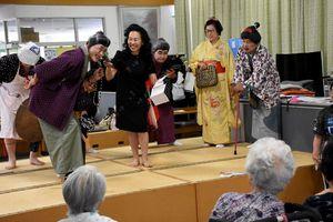 「おりきんばっちゃん」を披露したゆめさが大学の学生ら=佐賀市の総合保健施設紀水苑