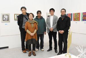 ニュース性や素材の面白さにこだわった作品を並べる出品者=佐賀市の県立美術館