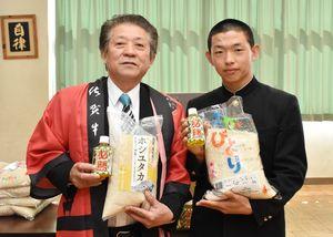 伊万里高野球部に米や肉を贈ったJA伊万里の岩永康則組合長(左)と犬塚晃海主将=伊万里市の同校