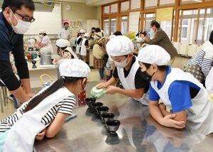 おいしいお茶の入れ方を学ぶ児童たち=基山町の基山小