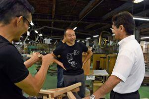 設計の打ち合わせをするデザイナー(中央)と樺島雄大社長(右)=佐賀市諸富町のレグナテック