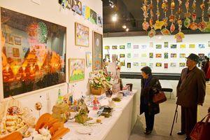 さまざまな個性が色濃く反映された作品が並ぶ=佐賀市の県立博物館