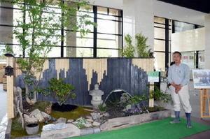 知事賞を受賞した「ほっこり(ほのぼの)」の庭園と中島正幸さん=佐賀市の佐賀県庁