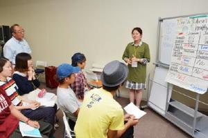 日本と海外の違いを調べ、英語で発表する学生=佐賀市の西九州大佐賀キャンパス