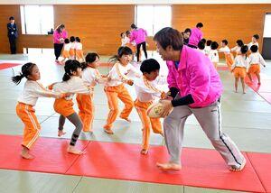 ボールを持った人から最後尾の人を守るゲームで、必死に逃げる子どもたち=佐賀市の諸富文化体育館