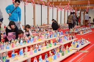 子どもたちが手作りした2000体のひな人形が並ぶ会場=佐賀城本丸歴史館