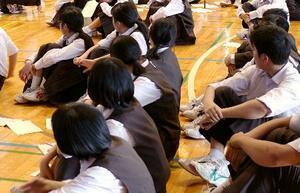 福井市立藤島中の全校集会で校則について討論する生徒たち=2019年5月