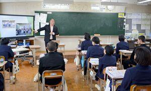 世界の貧困のサイクルについて説明した佐賀ユネスコ協会の川原田知章さん=太良町の多良中学校