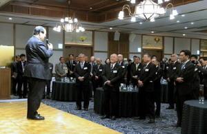 金子健次柳川市長のあいさつに耳を傾ける佐賀、福岡の首長や経済団体の関係者ら=柳川市の御花