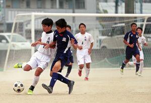 約1カ月ぶりの練習試合に汗を流す佐賀学園と北陵のサッカー部員=佐賀市の佐賀学園高グラウンド