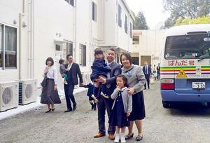 入園式後、園内を見学する入園児と保護者たち=基山町宮浦