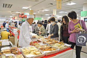 京都の食、工芸品を集めた恒例物産展「京洛老舗の会」=佐賀市の佐賀玉屋