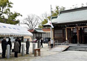 「建国記念祭」に参列した人たち。密集を避けるため屋外にテントが設けられた=佐賀市の護国神社