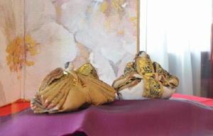 高さ10㌢前後の「寛永雛」と倉数和文さんのびょうぶ形のアート作品=唐津市本町の旧唐津銀行