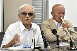 記者会見する原告の志村康さん=佐賀県出身、左=と竪山勲さん=29日午後、熊本市