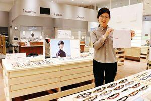 オープンしたJINSゆめタウン佐賀店。オープン記念セール中で、数量限定でメガネ拭きもプレゼントしている