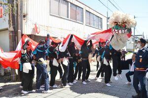 みゆき大祭」の行列で披露された太神楽の獅子舞=神埼市神埼町