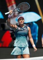 全豪オープンテニス女子シングルスで準決勝進出を決め、歓声に応える大坂なおみ=23日、メルボルン(共同)