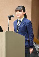 食品サンプルの魅力を伝えるプレゼンテーションをする加藤りんさん=佐賀市の佐賀大本庄キャンパス