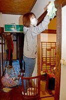屋内を掃除する参加者たち=佐賀市松原の松川屋