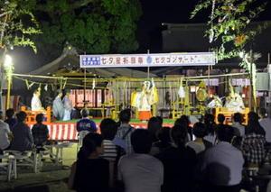 幻想的な雰囲気の中で披露される舞を鑑賞する来場者=佐賀市の佐嘉神社