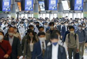東京・品川駅を利用する通勤客ら