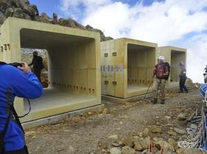 御嶽山の山頂付近に設置されたシェルター(御嶽山火山防災協議会提供)