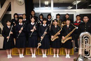 鹿島高吹奏楽部のメンバーと顧問の西岡哲也教諭(後列右)=鹿島市の鹿島高