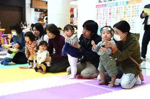 スタートの合図を待つ子どもたち=佐賀市のゆめタウン佐賀