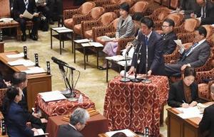 衆院予算委で答弁する安倍首相=13日午前