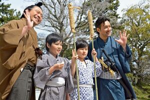 大木喬任を演じた坂本煌也さん(左から2番目)と大隈重信を演じた姫野真護さん(右から2番目)=佐賀市の佐賀城本丸歴史館