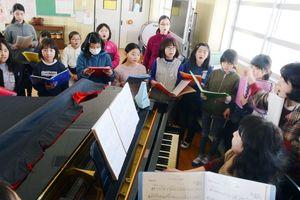 本番に向けて日々の練習に励む合唱団のメンバーら=佐賀市兵庫町の兵庫小学校