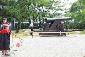 カノン砲を撃つ号令を掛ける児童(手前)=佐賀市の佐賀城本丸歴史館