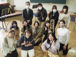 ミニコンサートで心のこもった演奏を披露した吹奏楽部=鳥栖市の九州龍谷短大