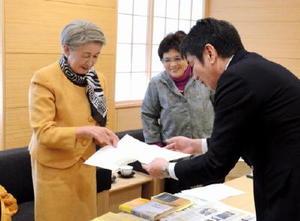 副島良彦副知事に要請文を手渡す太田記代子代表(左)=佐賀県庁